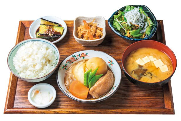 一日定食(880円)。魚や肉など、主菜が日替りで毎日でも飽きない、人気No.1定食/八百屋とごはん しみず