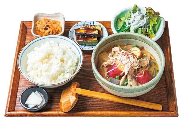 【写真を見る】一汁定食(970円)は昔ながらの健康的な食事、一汁三菜に倣った定食/八百屋とごはん しみず