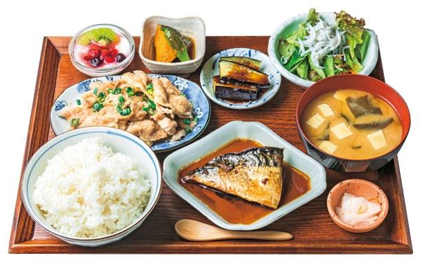 主菜が2種選べて、栄養がバランスよくとれるアスリート定食(1380円)/八百屋とごはん しみず