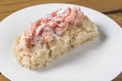 「帝王飯巻(カニご飯ロール)」は通常持ちやすいように銀紙に包んであるが、イートインの場合は皿に盛った状態でも食べられる