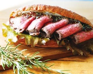 肉好きなら要チェック!「ひだまり食堂」の「和牛ローストビーフサンド」(660円)