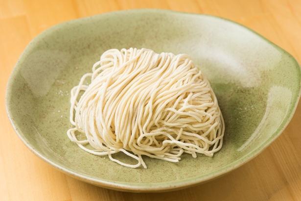 麺は修業先の「柴崎亭」と同じ製麺所に発注。表面はツルツルですすりやすく、噛むとモッチリ。小麦の豊かな風味が広がる