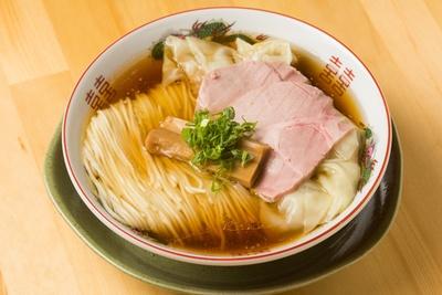 【写真を見る】麺がキレイに折り畳まれ、見た目が美しい「特製わんたん中華そば(醤油)1100円。「特製」はワンタンが5個のる