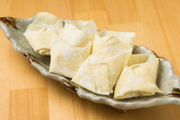 1個1個丁寧に包むワンタン。餡は豚肉や生姜などで味がしっかり。皮はなめらかでツルツルと喉を通っていく