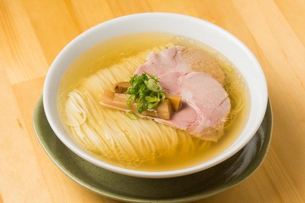 「中華そば(塩)」(700円)。美しく畳まれた麺はしなやかな歯触りで喉越しも抜群。スープはあっさりだが、鶏油が多めでコクもしっかり