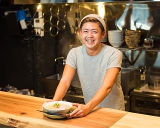 店主の石川巧真さん。調布市の名店「柴崎亭」で約2年間修業を積んだのち、22歳の若さで「百笑食堂 いしかわや」を立ち上げた