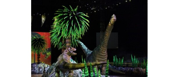 肉食恐竜・アロサウルスと対峙(たいじ)するブラキオサウルス