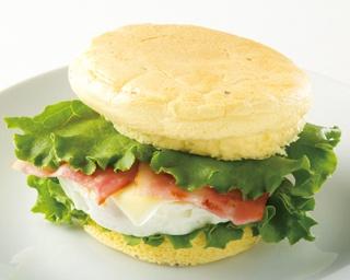 「ハンバーガー(ベーコンエッグチーズ)」タンパク質のもととなるプロテインを練り込んだ生地と、脂の少ないベーコン、白身多めの卵で低カロリーに