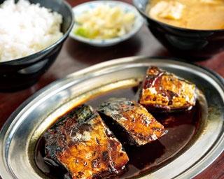 真っ黒な名物さば煮定食 (700円)/今井食堂