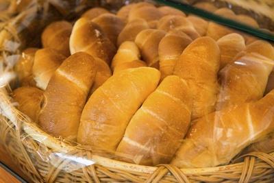 「塩パン」100円。風味豊かなバターの香りと、ほのかな塩味が一番の特徴だ