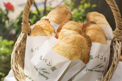 「塩メロンパン」150円。「塩パン」に、サクサクとしたクッキー生地をかぶせて焼いている。カリっともちっとした生地のなかから染み出すバターのほろ甘い香ばしさがたまらない