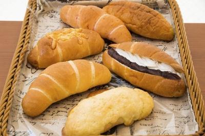 一番手前が「塩メロンパン」。そのほか「塩パン」100円、「塩パンの生クリーム小倉」200円、「塩パン ハムチーズ」150円、「えび塩パン」100円、「和風明太塩パン」200円など、種類は豊富