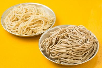 麺は2種類を使い分けている。ラーメン用(左)は中太ストレート、つけ麺用(右)は太ストレートでそれぞれ食感や風味が異なる