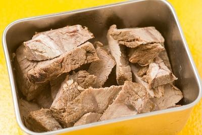 スープと一緒に煮込んだチャーギュウ。脂身が少なく、噛むほどに赤身ならではの肉の旨味が増していく。写真はつけ麺用のブツ切り