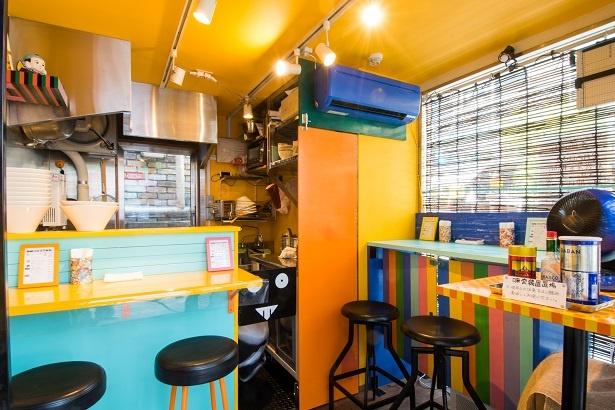わずか3坪の小さな店。パステルカラーの鮮やかな内装は、元グラフィックデザイナーの店主が自らデザインした手作り