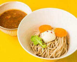 「ビーフつけ麺」(並900円)。スープは牛肉と野菜をコトコト煮込んでいる。麺の上にはネズミが描かれ、SNS映えする