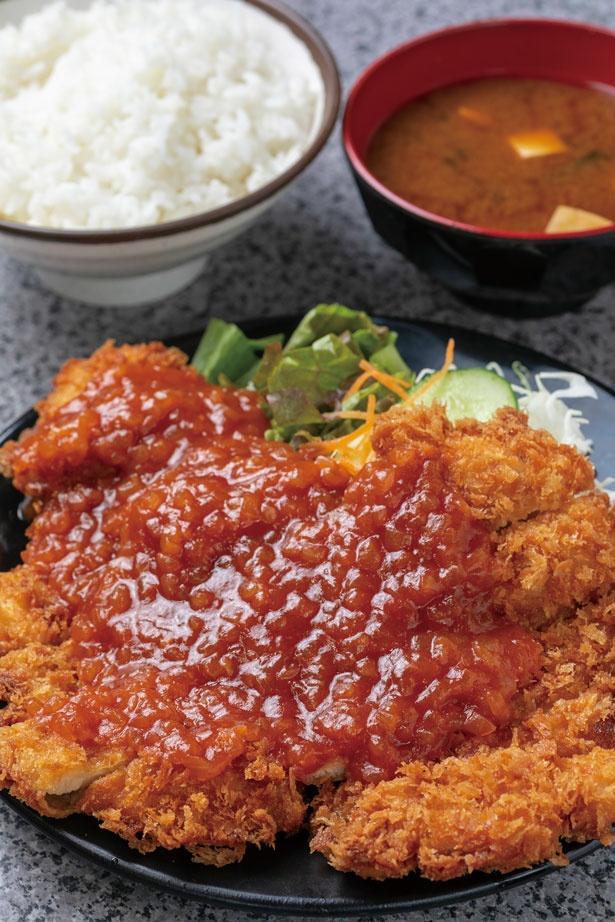 直径20cmのジャンボサイズ!チキンカツ定食 (660円)/ハイライト食堂 百万遍店