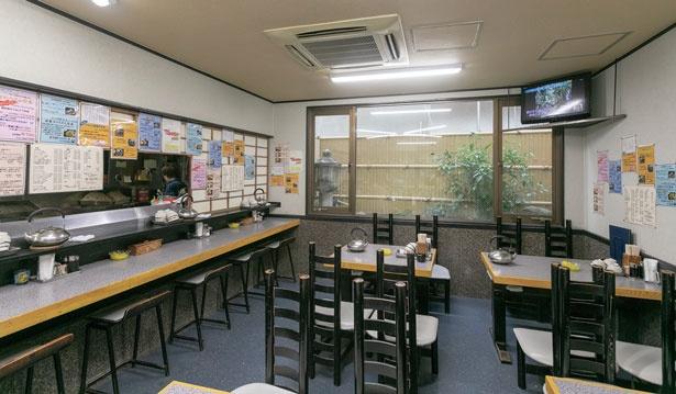 カウンターとテーブル席がある広々とした店内は連日学生やサラリーマンでにぎわい、満席時は2階も開放/ハイライト食堂 百万遍店
