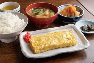 名物のだし巻・ご飯・味噌汁・小鉢が付いた、だし巻定食(640円)/金時食堂