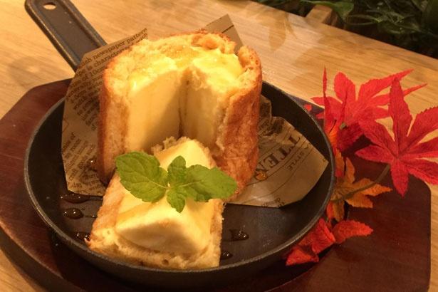 パンをカリッと焼き冷たいアイスを中に入れた「切り株アイス」(550円 税抜)