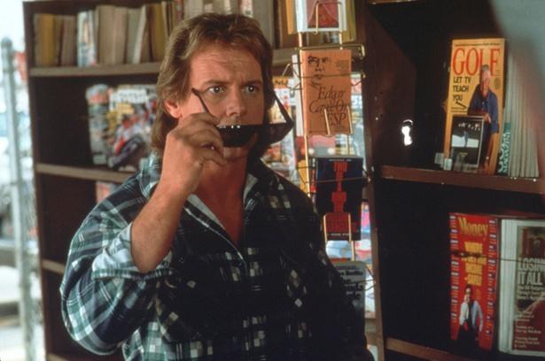 主人公のネイダを演じるのはプロレスラーとして当時人気だったロディ・パイパー