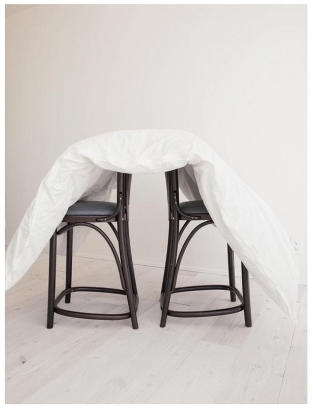 室内でも、いすを2つ並べた上に載せれば裏表とも湿気が抜けます