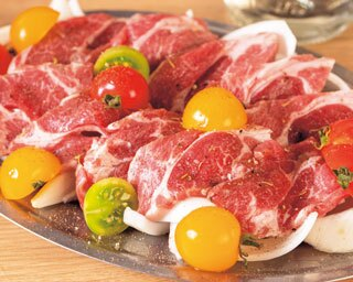分厚いラム肉のジンギスカンと新鮮な野菜を一人前から楽しめる!ラム肉家 muu