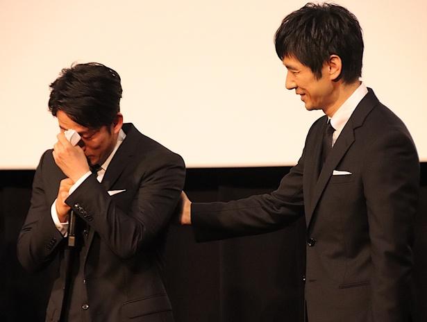 岡田准一、男泣き!西島秀俊が優しくハンカチを差し出した