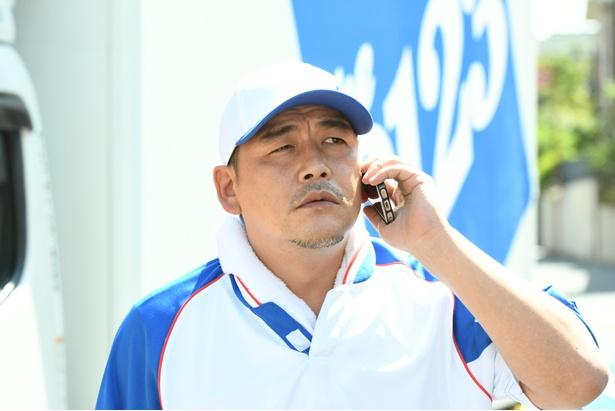 真司(ムロツヨシ)の上司・木村を演じる富澤たけし