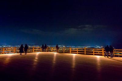 清水寺の舞台の約5倍の広さを誇る外部護摩壇。ロマンチックな舞台から京都の町並みを一望しよう