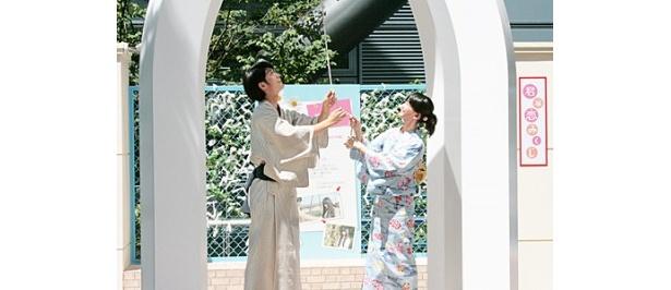 【写真】会場に設置されたオブジェの鐘を鳴らす多部未華子と三浦春馬
