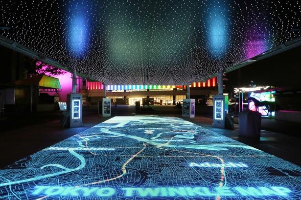 """TOKYO TWINKLE MAP""(エントランスゾーン) は、足元の夜景に触れると東京の名所が浮かび上がる、一風変わった仕掛けを施す"