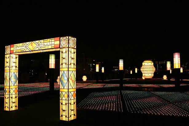 """「TOKYO MEGA ILLUMINATION」最大のこだわりを感じられる""""大正ロマン光庭園""""。大小のステンドグラス風のモチーフも登場"""