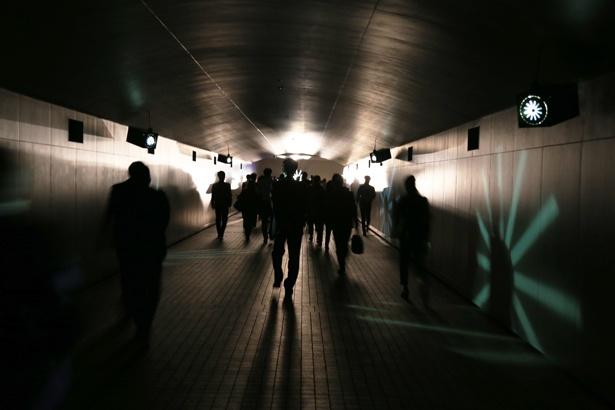 """時空旅行へと誘う""""TOKYO TIME TUNNEL〜闇〜""""のトンネル内には古時計の音が鳴り響き、タイムトラベル気分を盛り上げる"""