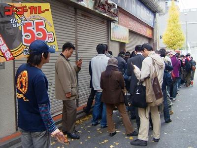 300人の行列はお店の前から角を曲がっても続く