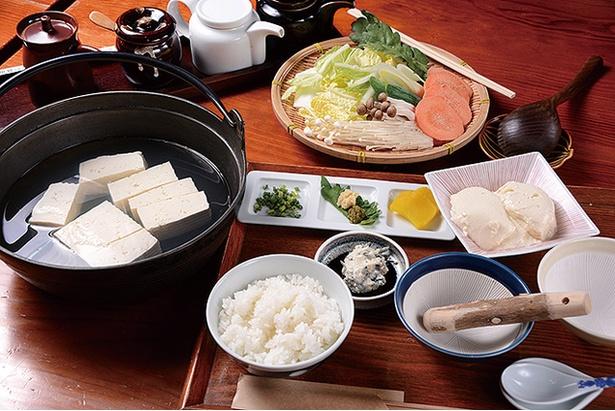 佐嘉平川屋 嬉野店 / 「嬉野温泉湯豆腐定食」(1350円)。野菜や小鉢も付く。湯豆腐とご飯はお代わり自由。最後は雑炊で締めておなかいっぱい