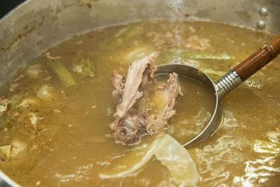 キレのあるスープには、ニンニクや生姜、ジャガイモなどの野菜も一緒に煮込まれ、動物系の臭みを排除している