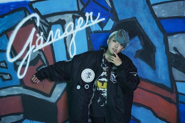 大阪出身のシンガーソングライター・夏代孝明。TVアニメ「弱虫ペダル NEW GENERATION」OPテーマの「ケイデンス」や「トランジット」を歌う