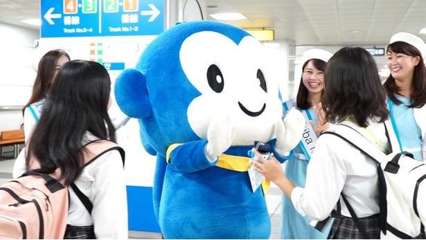 【写真を見る】動画には千葉都市モノレール マスコットキャラクター「モノちゃん」も登場
