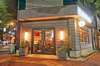 店主の好きなUKロックをイメージしてデザインされた「麺屋 グラフミ」(名古屋市千種区)