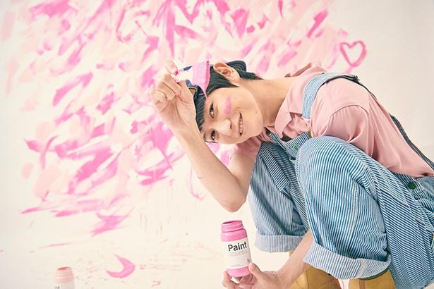 """【写真を見る】""""ピンク""""ではあどけない表情も"""