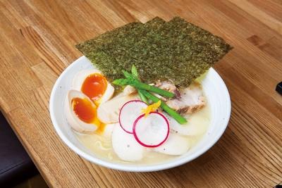 「鶏白湯ラーメン スペシャル(並)」(1,080円)。鶏ムネ3枚と豚バラ2枚、さらに味玉などが付いている