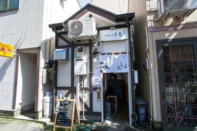 白いのれんが目を引く「横須賀らぁ麺 しろ」