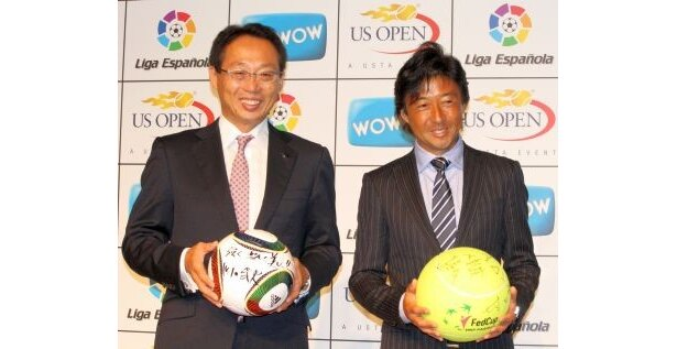 サッカー日本代表監督の岡田武史さんと、女子テニス国別対抗戦・フェドカップ日本代表監督の村上武資さん(右)