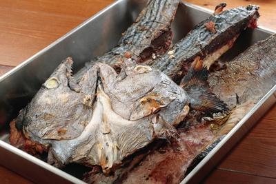 ハマチ、ハガツオなど仕入れで替わる魚を焼干しにする。日替りのダシが客を飽きさせない/「麺切り 白流」