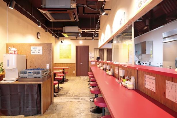 赤いカウンターやテーブルが、いかにも横浜家系ラーメンらしい雰囲気だ/「家系ラーメン 稲葉家」