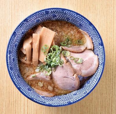 【写真を見る】博多中華そば まるげん / 「平麺つけそば」(730円)の具だくさんのつけ汁