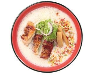 「濃厚鶏ラーメン」(750円)の濃厚なスープは、オーダーごとに手鍋で温めながら泡立てるため、口当たりがクリーミー。麺との絡みもよりよくなる