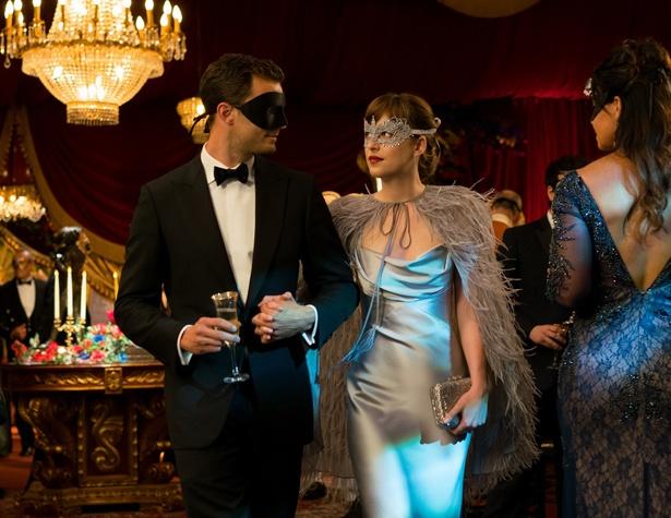仮面舞踏会のようなパーティーにも参加し…(『フィフティ・シェイズ・ダーカー』)