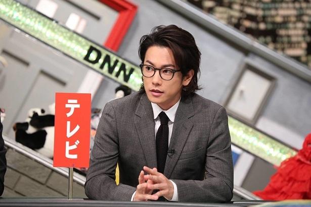 【写真を見る】スーツ×黒ぶち眼鏡、「脱力タイムズ」仕様の佐藤健がイケメンすぎる!